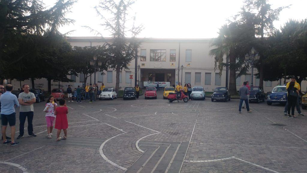 Le 500 esposte In Piazza 5 Dicembre