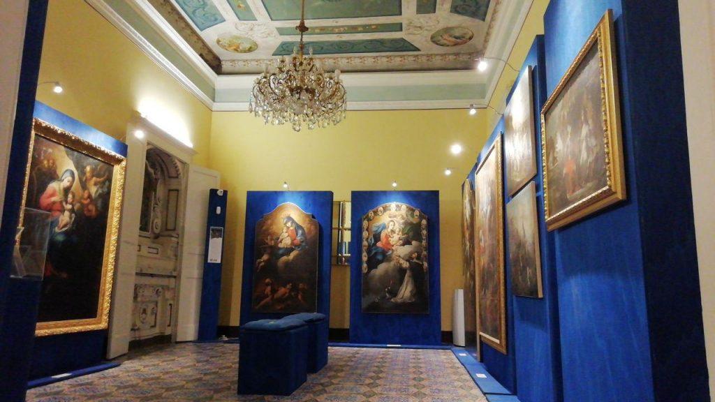 Riverberi pittorici nella Sala azzura con i dipinti di Colelli