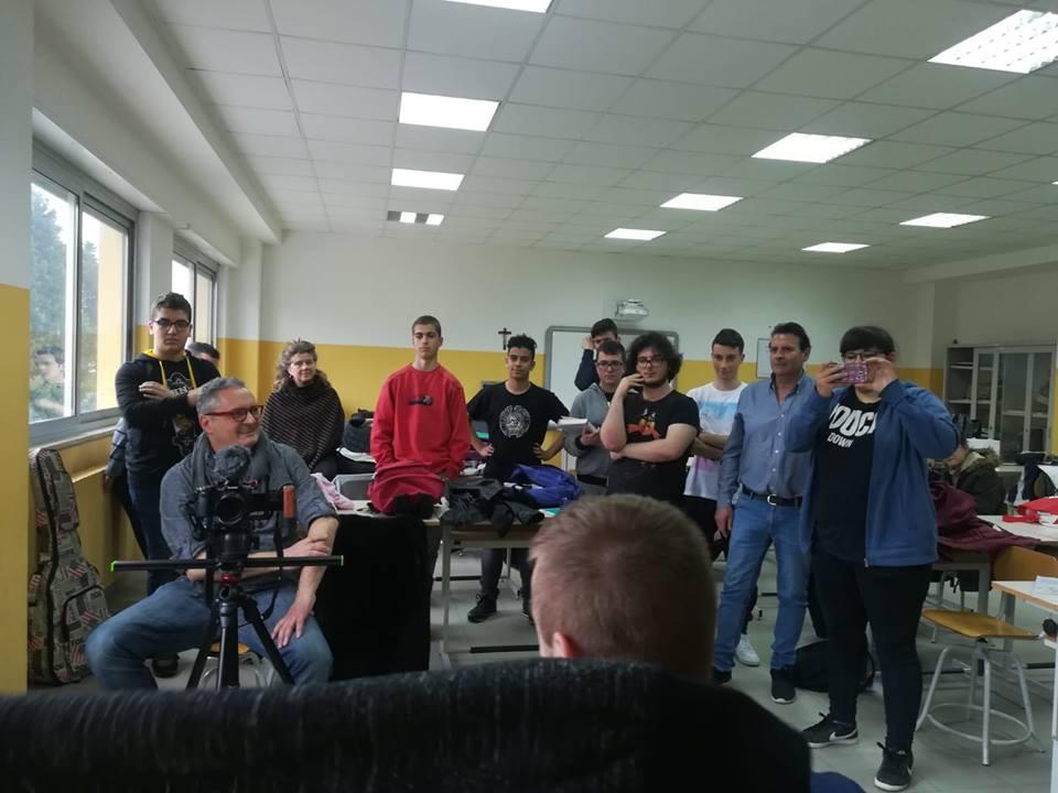 abbracciami invece - Il regista Pileggi con alcuni alunni e docenti del Polo tecnologico durante le riprese