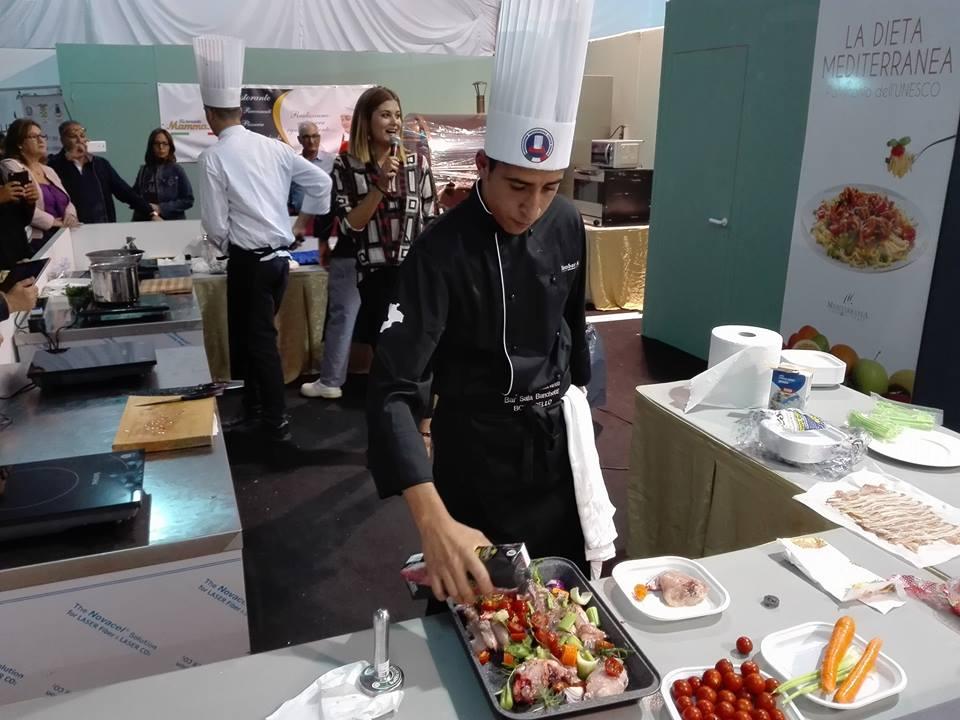 chef che cucinano durante la fiera campionaria