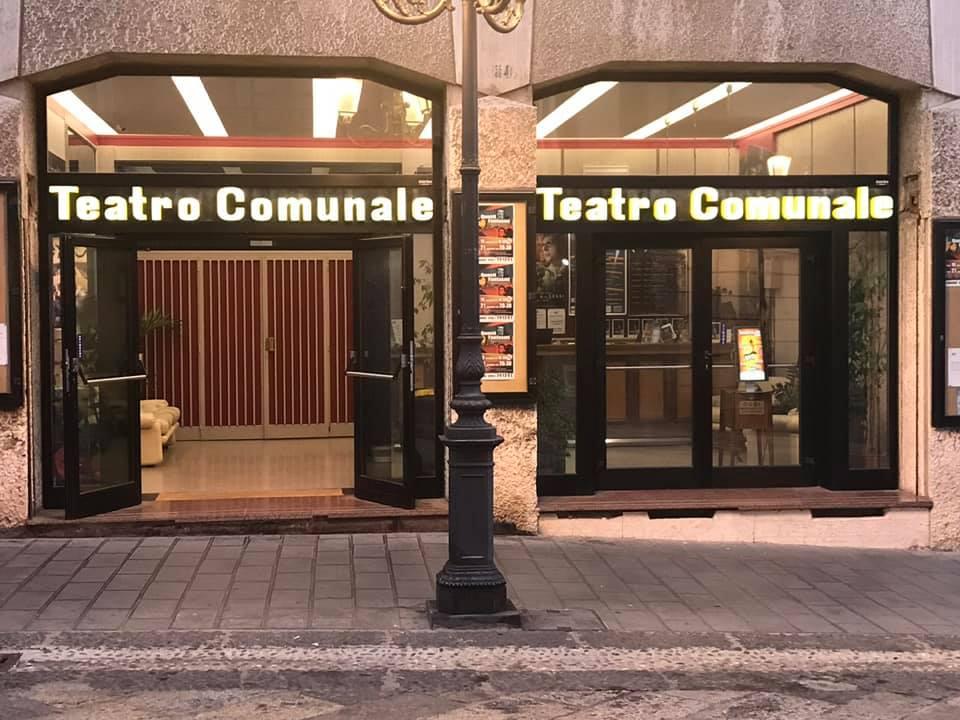 l'ingresso del Teatro Comunale di catanzaro dove ci sarà lo spettacolo di Flavio Insinna