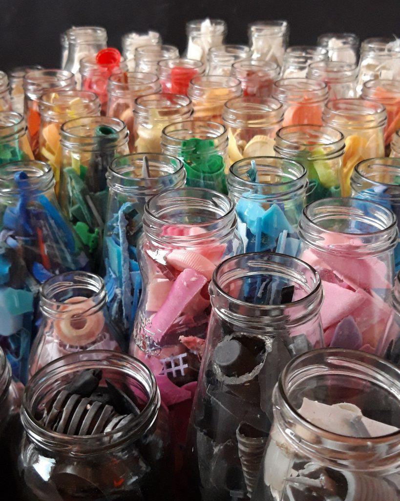pezzi di plastica messi nei vasetti di vetro