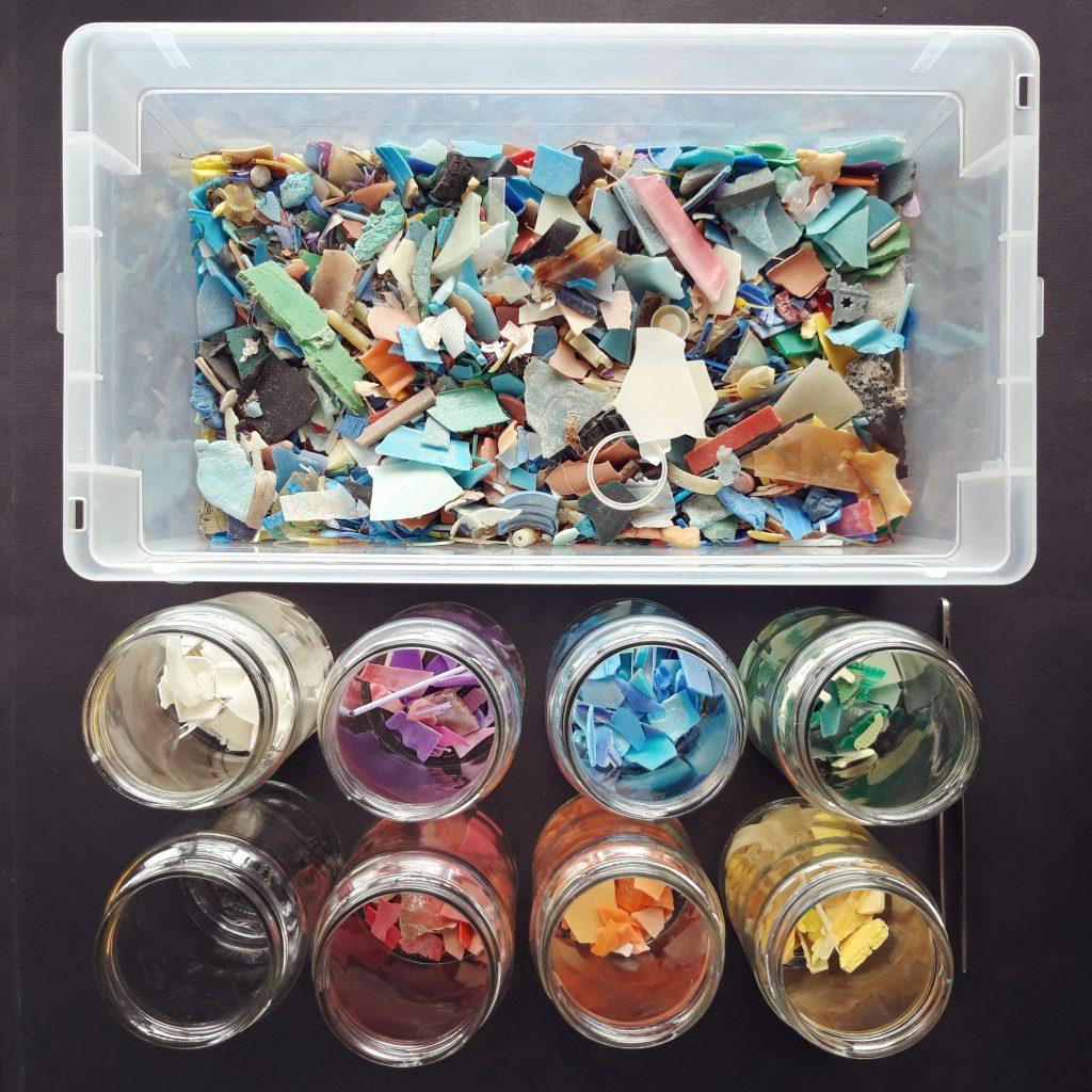 Rifiuti Speciali messi in vasi di plastica e di vetro