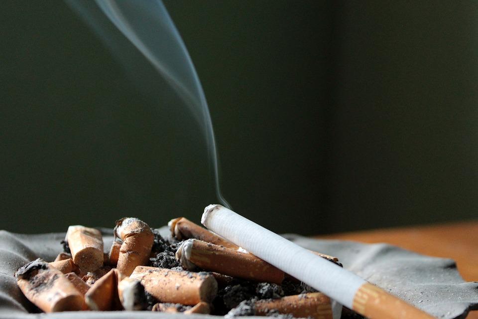 Cicche Di Sigarette e una sigaretta accesa
