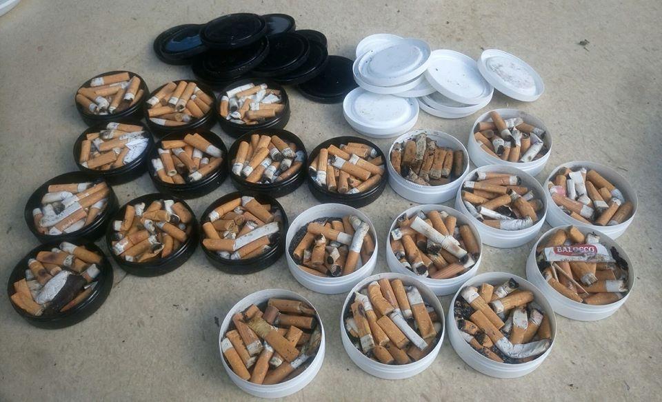 Cicche Di Sigarette con i Portaceneri pieni di cicche