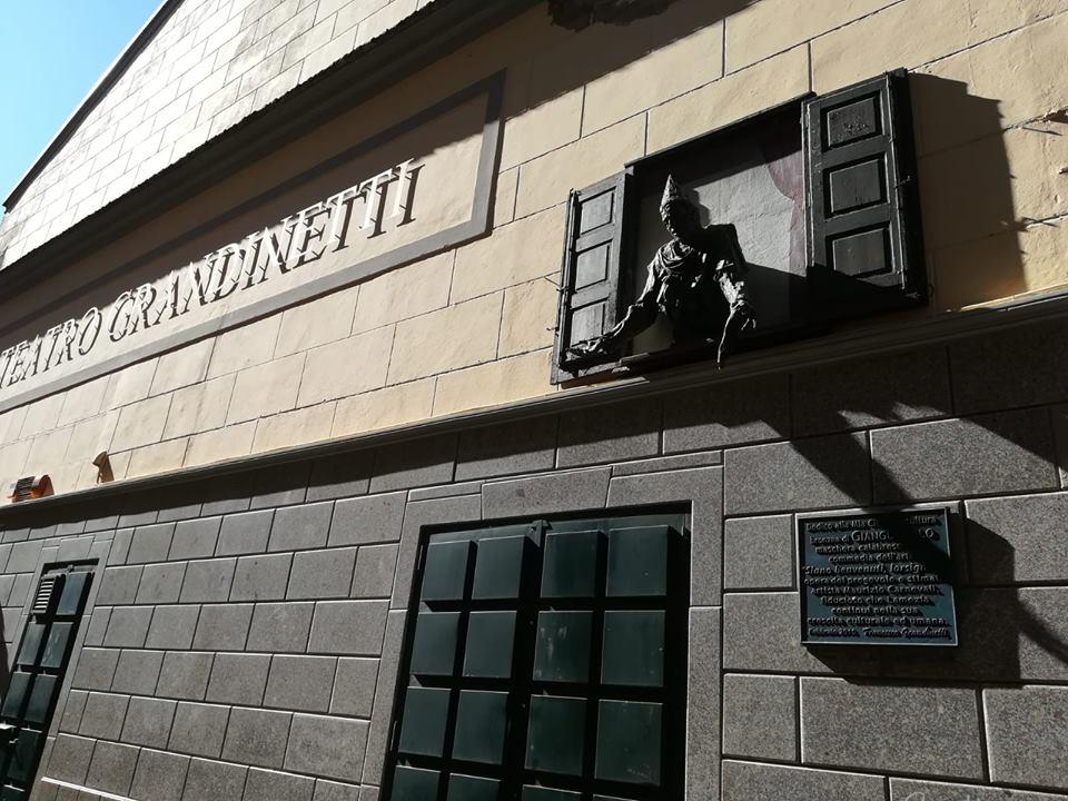 l'ingresso del Teatro Grandinetti