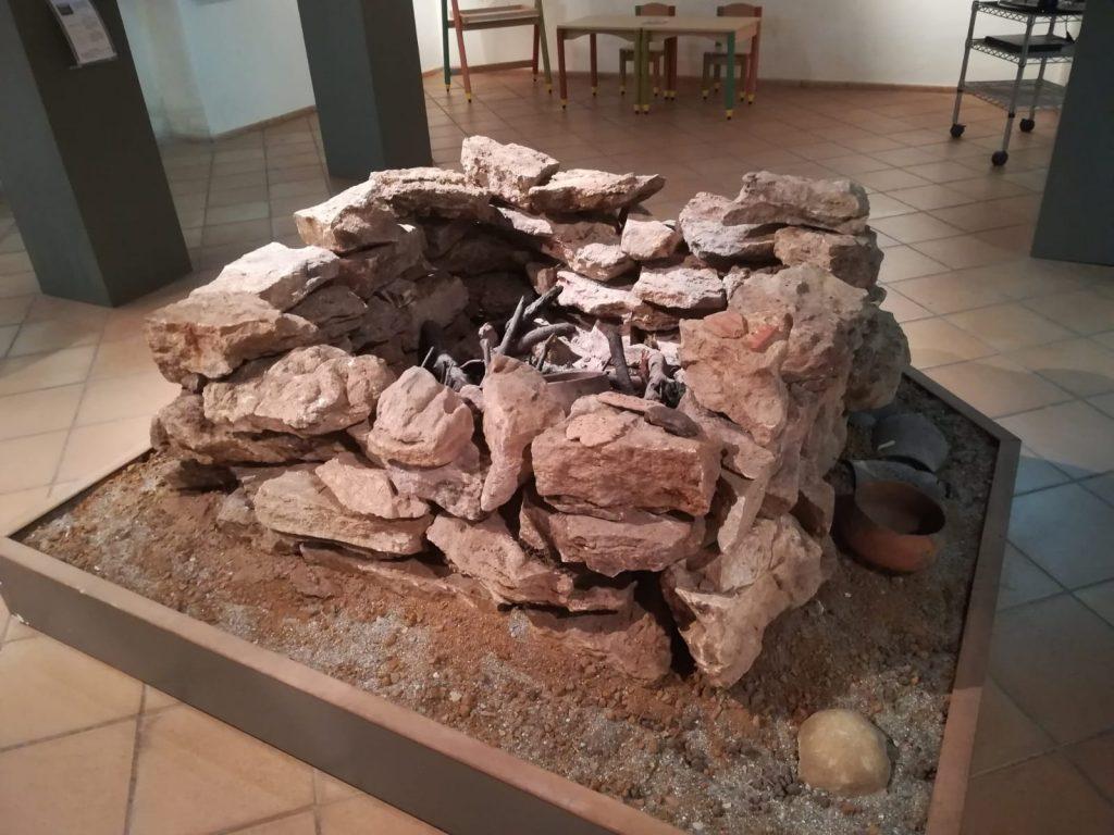 Oro Oliva  e un antico muro esposto al museo archeologico