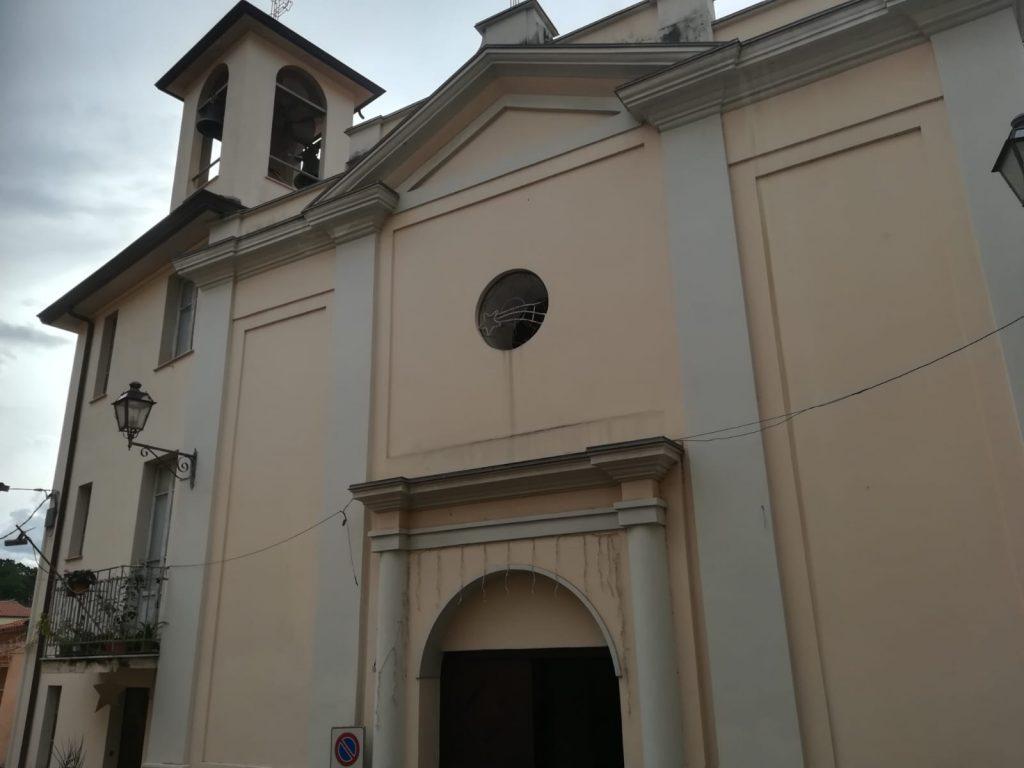 Lucia e l' Esterno della Chiesa nel popolare quartiere di nicastro
