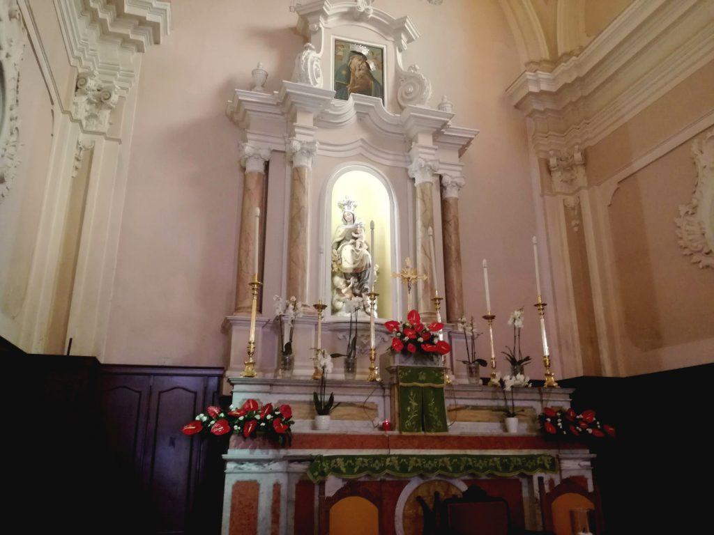 la chiesa e l'altare maggiore