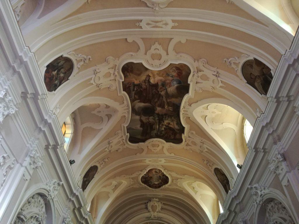 la chiesa e la volta con i dipinti