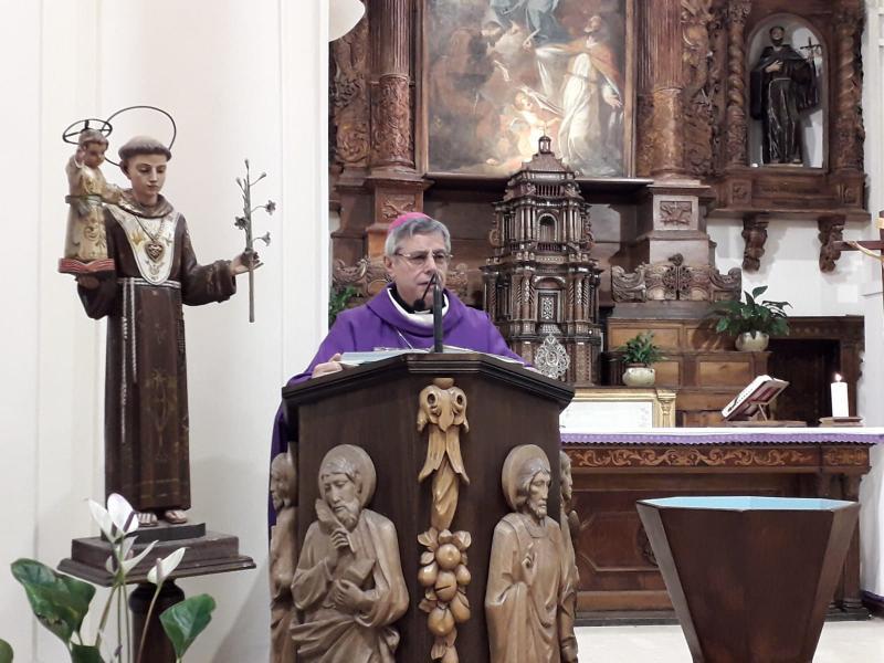 Vescovo mentre dice l'omelia