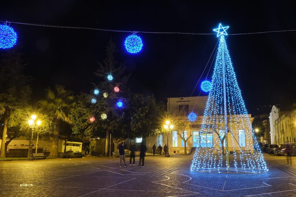 Albero Piazza Diaz con le luci di speranza