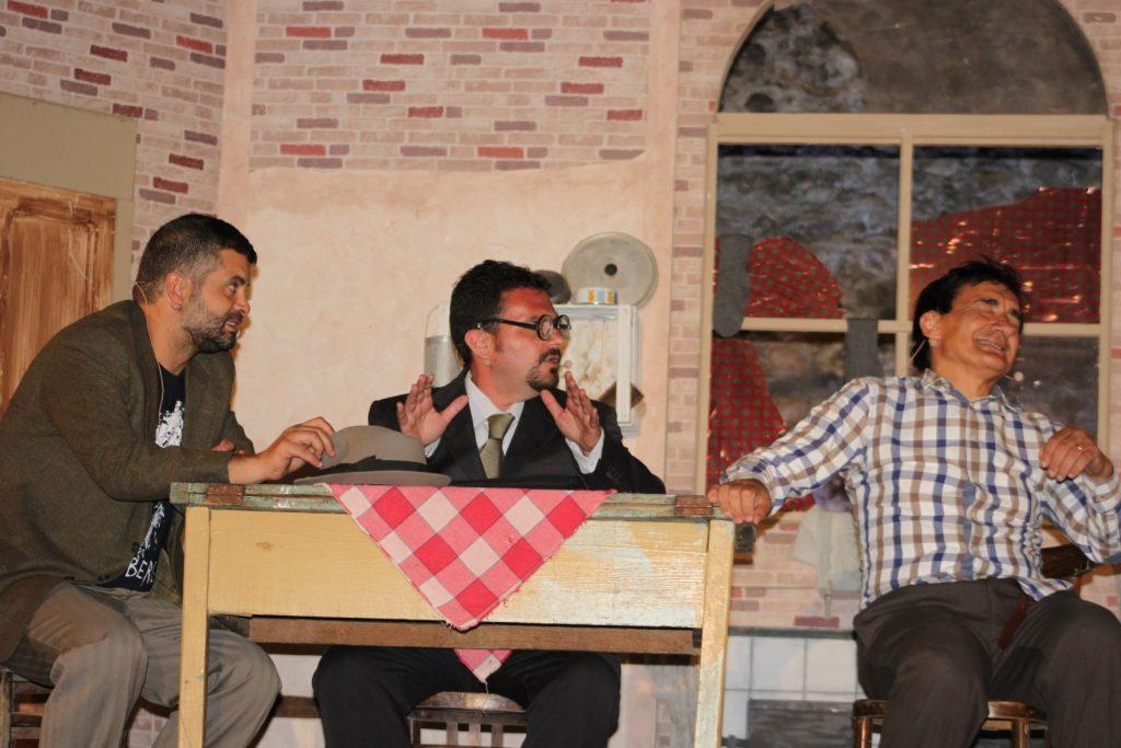 Tre Attori Della Comapgnia Durante La Commedia