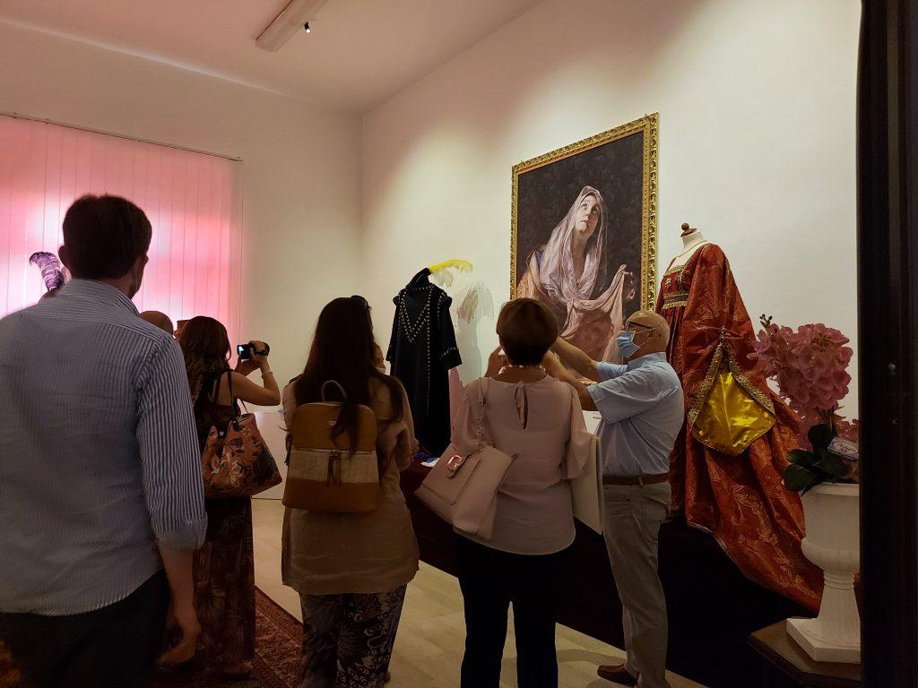 Visitatori All'inaugurazione Della Mostra Con Mattia Preti