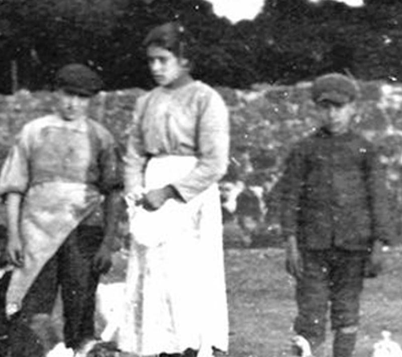 Unica Foto in bianco e nero di Santa Maria Goretti con ai lati due bambini