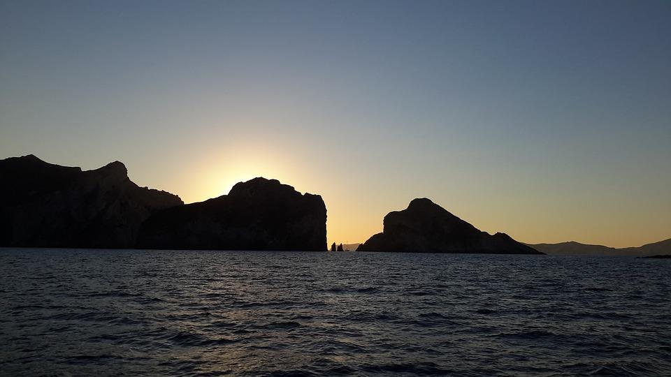 palmarola - Palmarola Al Tramonto con il sole dietro gli scogli