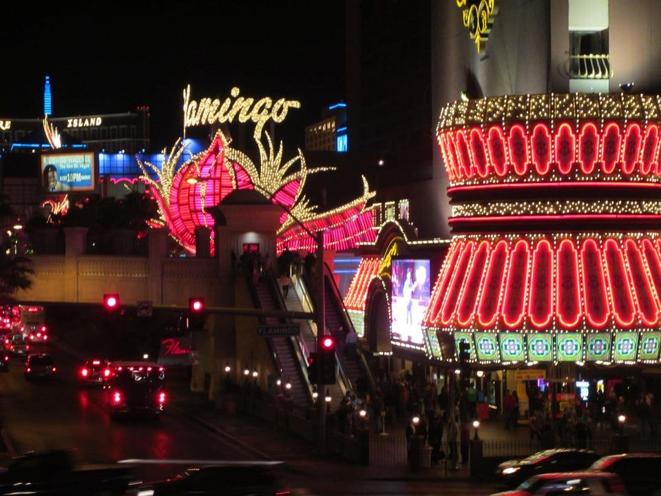 immagine di Las Vegas con neon colorati di rosso