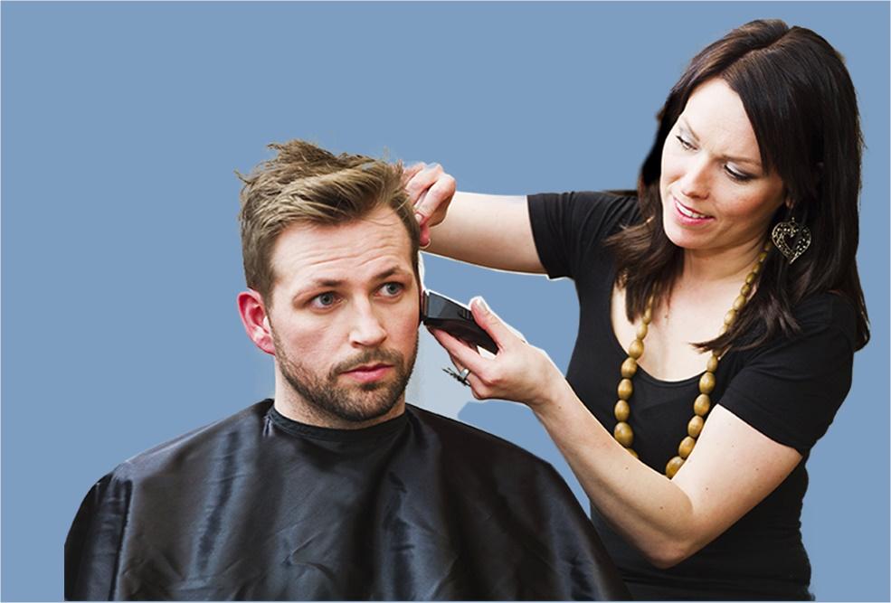 Farsi i capelli in casa - una mamma che taglia i capelli al figlio