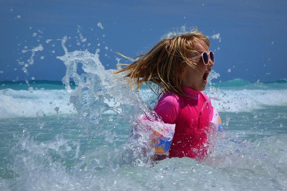 Stagione Balneare 2020 - Bambina Al Mare che gioca