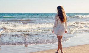 Attività consentite su pista ciclabile - Giovane Donna in riva al mare