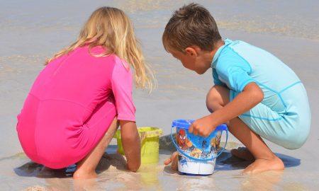 Centri estivi per minori Bambini Con Secchiello che giocano