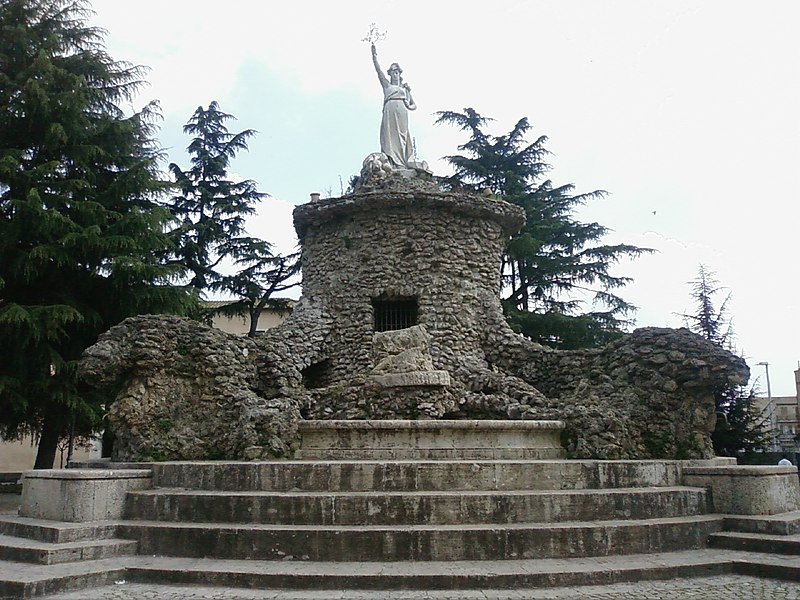 Tres Tabernae - Fontana che simboleggia Cisterna di Latina