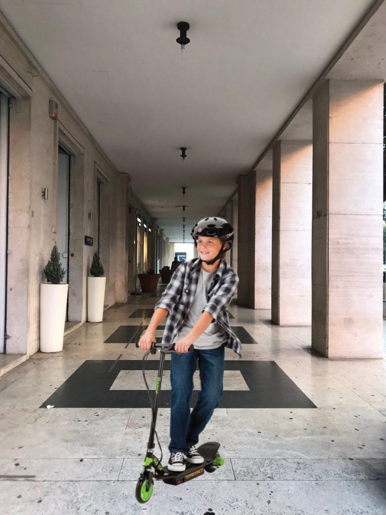 Biciclette e monopattini - Bambino Nei Portici con monopattino