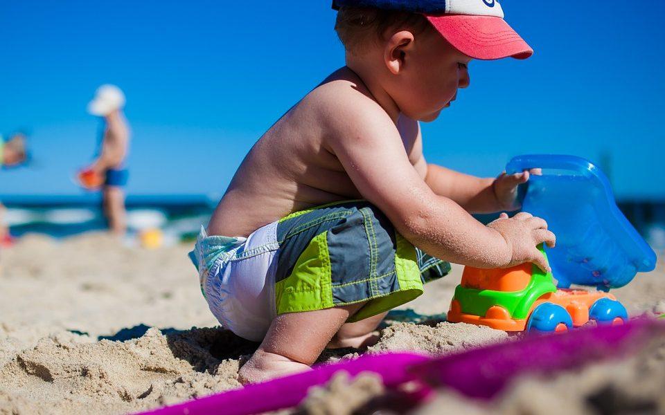 Soldi in arrivo per Latina - Bimbo Con Giochi Da Spiaggia