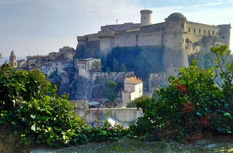 il castello angioino aragonese di Gaeta - il castello dal basso