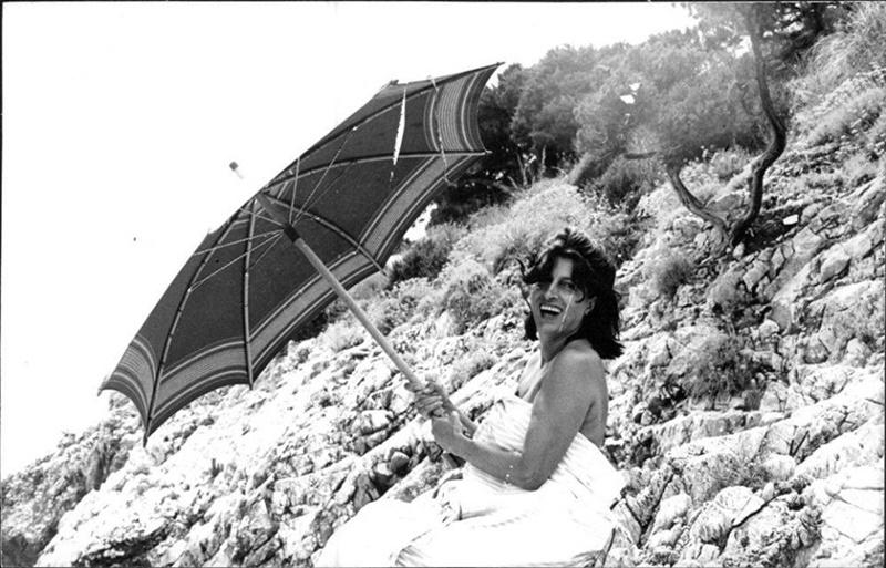 Anna Magnani al Circeo - La Magnani con l'Ombrellone e abito bianco