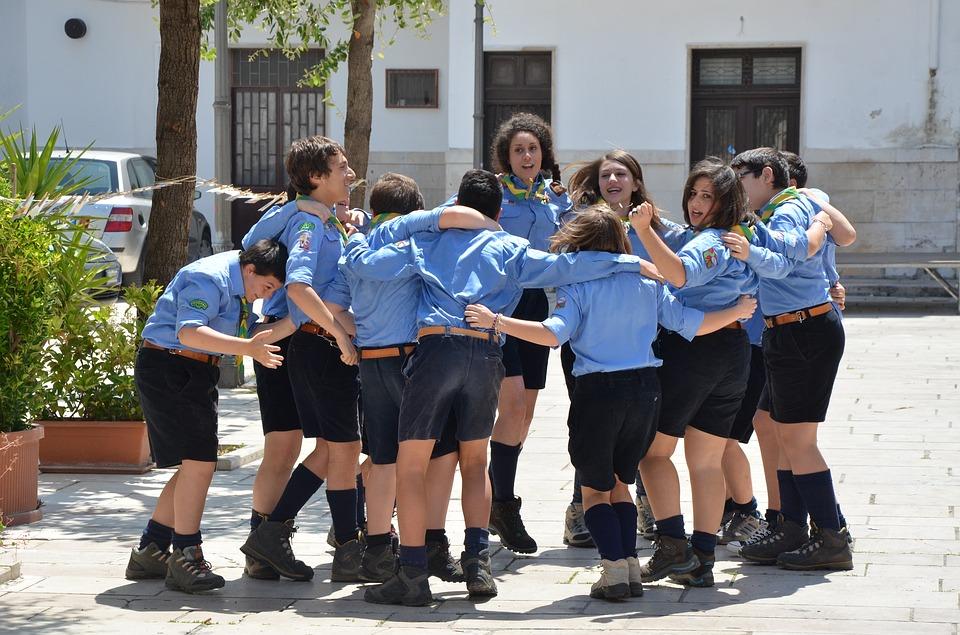 """La """"Tavolata italiana senza muri""""  - imamgine di giovani scout"""