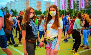 Arte terapia - Due Ragazze Che Dipingono re indossano la mascherina