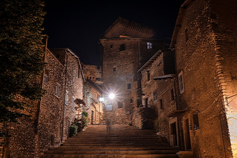 Lo Statuto di Lucrezia Borgia - Belvedere Di Sermoneta di notte