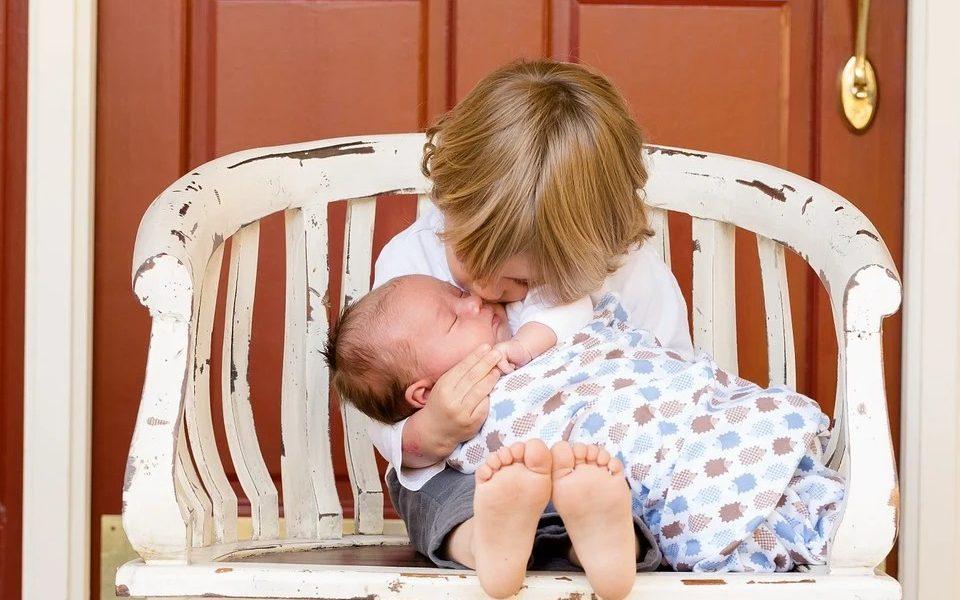 Contributi rette asili nido - bambini su una panchina