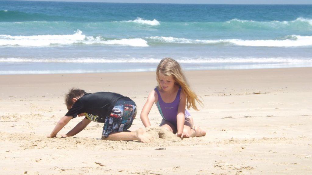 Bando per il turismo - Bambini In Spiaggia che giocano