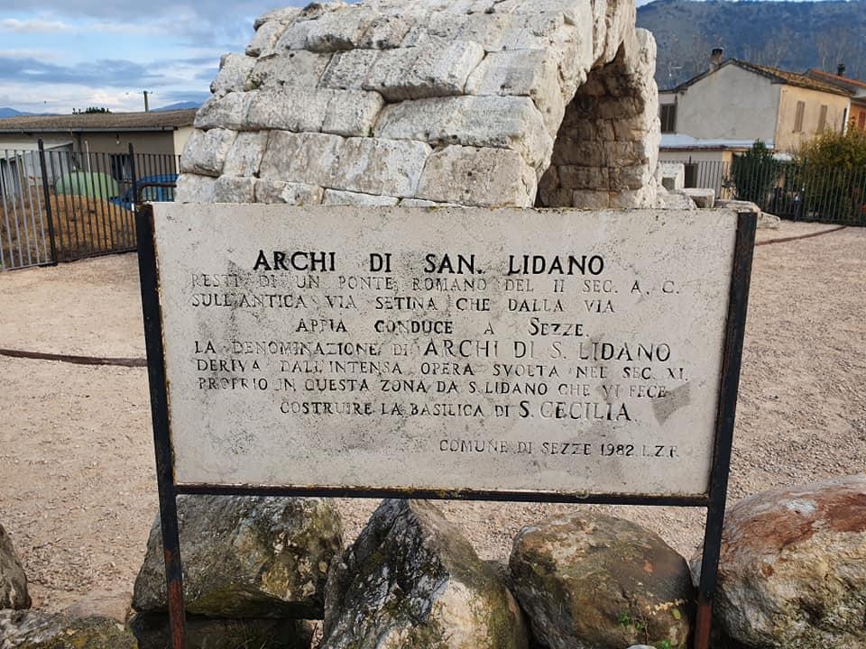 Gli archi di San Lidano - targa commemorativa davanti archi