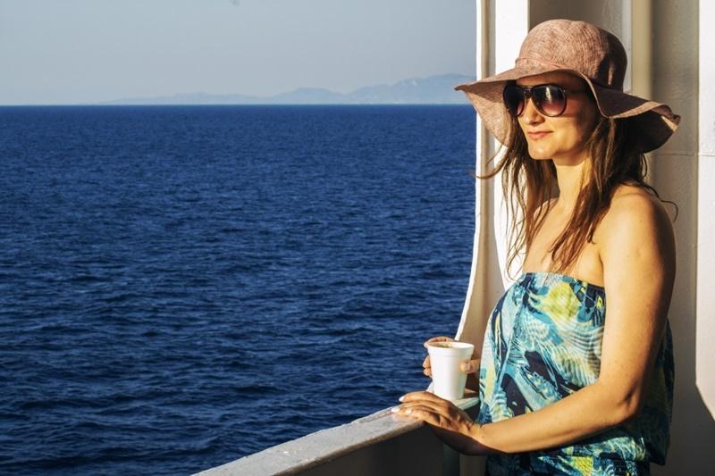 Bando per il turismo - Ragazza In Finestra che ammira il mare