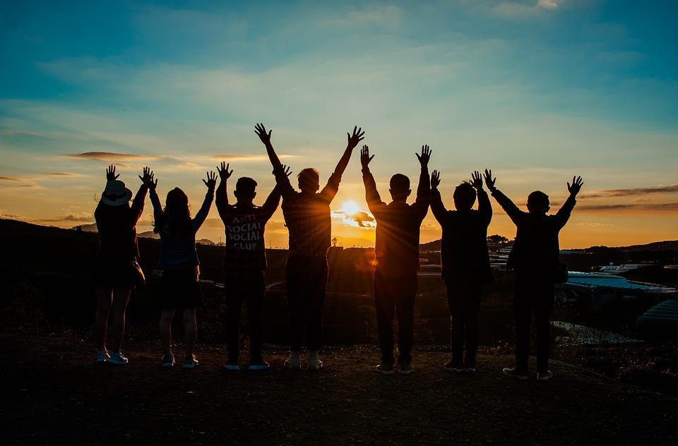 Progetto sogni e bisogni - Sette Adolescenti che inneggiano al sole
