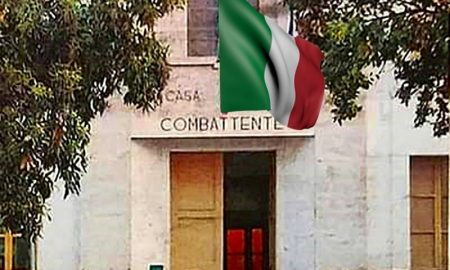 La casa del combattente - Edificio Con Bandiera che sventola