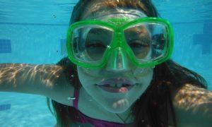 Fake news sul Covid-19 - Maschera Sub in piscina