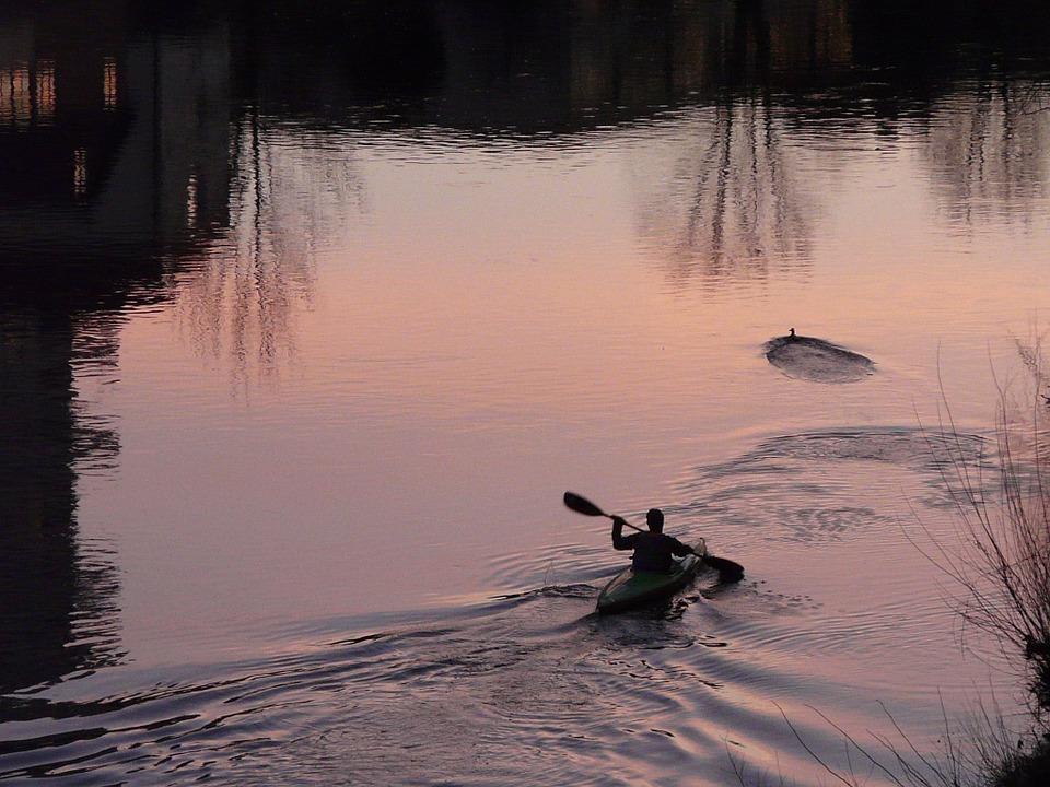 Il fiume Cavata in canoa - Uomo In Canoa Di Notte in solitaria