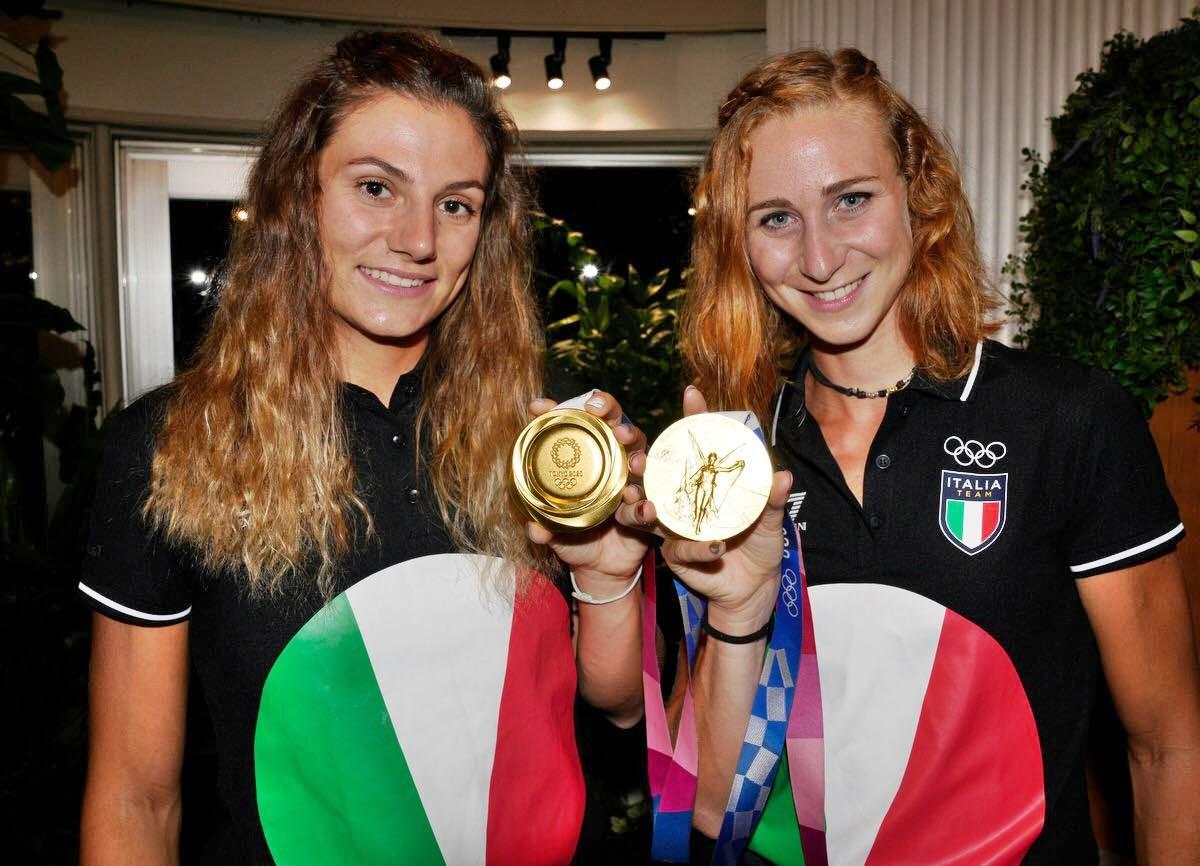 Oro nel canottaggio femminile - Campionesse che mostrano la medaglia