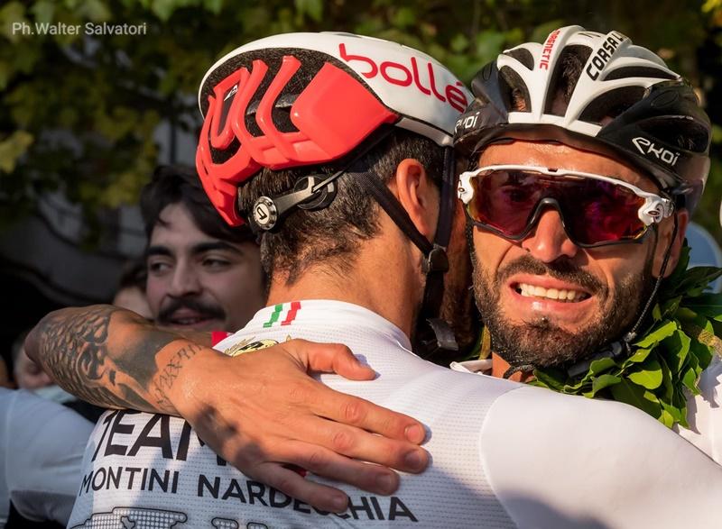 Cristian Nardecchia Campione del mondo - Abbraccio con un compagno di squadra