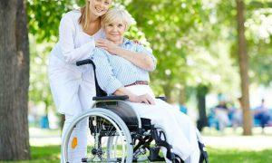 Open day vaccinale - Badante E Signora Con Capelli Bianchi che vanno al parco