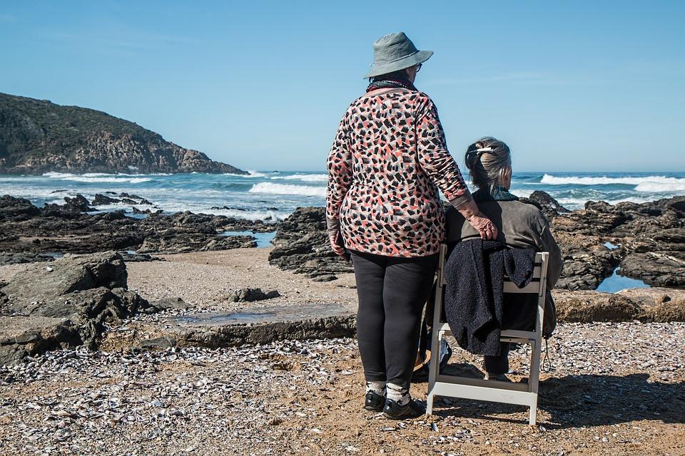 Open day vaccinale - Badante con paziente in riva al mare