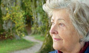 Terapia con monoclonali - Donna Anziana che guarda l'orizzonte