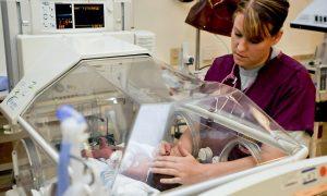 PNRR per rilanciare la sanità - Infermiera con incubatrice