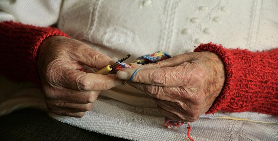 Terapia con monoclonali - Lavoro A Maglia di una donna anziana