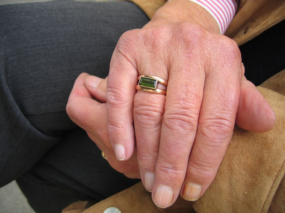 Terapia con monoclonali - Mano Di Anziano che mostra un anello