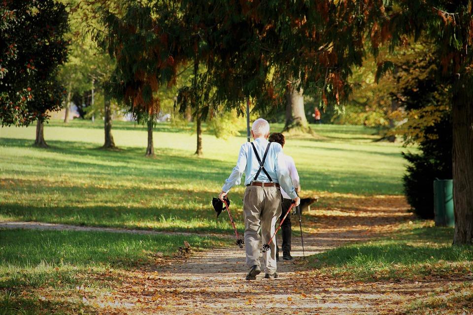 Terapia con monoclonali - Parco E Anziano che passeggia